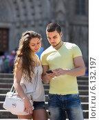 Couple using the map at smartphone. Стоковое фото, фотограф Яков Филимонов / Фотобанк Лори