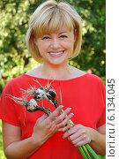 Купить «Улыбающаяся  молодая женщина с чесноком», эксклюзивное фото № 6134045, снято 7 июля 2014 г. (c) Юрий Морозов / Фотобанк Лори
