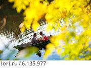 Купить «Влюблённые в лодке», фото № 6135977, снято 24 сентября 2011 г. (c) Владимир Сурков / Фотобанк Лори