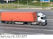 Купить «Полуприцеп контейнеровоз едет по трассе с оранжевым контейнером», фото № 6137977, снято 6 июля 2014 г. (c) Кекяляйнен Андрей / Фотобанк Лори