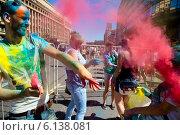Купить «Посетители музыкального фестивале индийских красок ColorFest бросают друг друга сухой краской в Москве на проспекте Сахарова 13 июля 2014», фото № 6138081, снято 13 июля 2014 г. (c) Николай Винокуров / Фотобанк Лори