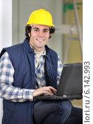 Купить «Builder sat with laptop», фото № 6142993, снято 9 ноября 2009 г. (c) Phovoir Images / Фотобанк Лори