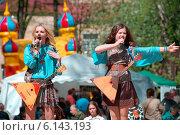 Купить «Девушки выступают на сцене с балалайками», фото № 6143193, снято 9 мая 2014 г. (c) Alexander Mirt / Фотобанк Лори