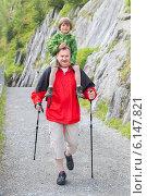 Купить «Дедушка  с внуком на пешей прогулке в горах», фото № 6147821, снято 30 июня 2014 г. (c) Юлия Кузнецова / Фотобанк Лори