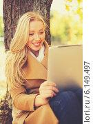 Купить «woman with tablet pc in autumn park», фото № 6149497, снято 5 октября 2013 г. (c) Syda Productions / Фотобанк Лори