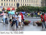 Купить «Санкт-Петербург, люди в летний дождь идут на Невском проспекте», эксклюзивное фото № 6150049, снято 9 июня 2014 г. (c) Дмитрий Неумоин / Фотобанк Лори