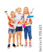 Купить «Три веселых девочки в краске с валиками в руках на белом фоне», фото № 6155621, снято 31 мая 2014 г. (c) Сергей Новиков / Фотобанк Лори