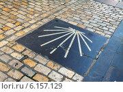 Sign of way of St. James, laid on the pavement (2014 год). Редакционное фото, фотограф Яков Филимонов / Фотобанк Лори