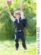 Купить «Счастливый первоклассник с букетом и ранцем бежит в школу», фото № 6164425, снято 20 июля 2014 г. (c) Юлия Кузнецова / Фотобанк Лори