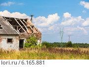 Купить «Заброшенный сельский дом в поле», фото № 6165881, снято 16 июля 2014 г. (c) Анастасия Золотницкая / Фотобанк Лори