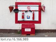 Купить «Ящик с песком и пожарный щит с инвентарем», фото № 6166989, снято 30 июня 2013 г. (c) Родион Власов / Фотобанк Лори
