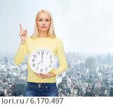 Купить «student with wall clock and finger up», фото № 6170497, снято 15 апреля 2014 г. (c) Syda Productions / Фотобанк Лори