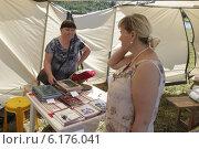 Купить «Женщина продает авторские книги по народной вышивке», эксклюзивное фото № 6176041, снято 19 июля 2014 г. (c) Дмитрий Неумоин / Фотобанк Лори