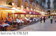 Night view of Placa Reial. Barcelona, Spain (2014 год). Редакционное видео, видеограф Яков Филимонов / Фотобанк Лори