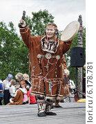 Купить «Пожилая женщина — абориген Камчатки в национальном костюме танцует с бубном», фото № 6178781, снято 7 августа 2010 г. (c) А. А. Пирагис / Фотобанк Лори