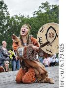 Купить «Девушка в национальном костюме аборигенов Камчатки танцует с бубном», фото № 6179025, снято 7 августа 2010 г. (c) А. А. Пирагис / Фотобанк Лори