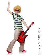 Купить «Man with afro wig with guitar on white», фото № 6181797, снято 3 мая 2014 г. (c) Elnur / Фотобанк Лори