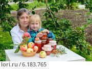 Бабушка и внучка с яблочным вареньем на дачном участке. Стоковое фото, фотограф Марина Славина / Фотобанк Лори
