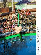 Купить «Locks on railing of bridge», фото № 6183777, снято 20 апреля 2014 г. (c) BestPhotoStudio / Фотобанк Лори