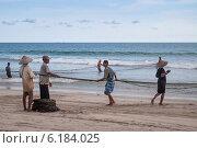 Купить «Рыбаки на пляже Tiku, Индонезия», фото № 6184025, снято 25 декабря 2013 г. (c) Elena Odareeva / Фотобанк Лори