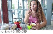 Купить «Ресторан McDonalds и девушка со стандартным набором фастфуда», видеоролик № 6185689, снято 22 июля 2014 г. (c) Кекяляйнен Андрей / Фотобанк Лори