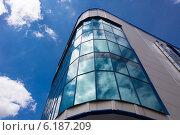Стеклянный фасад офисного здания на фоне неба. Стоковое фото, фотограф Сергей Гойшик / Фотобанк Лори