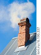 Дым из кирпичной печной трубы на фоне голубого неба. Стоковое фото, фотограф Евгений Андреев / Фотобанк Лори