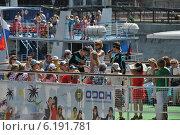 Пассажиры на прогулочных теплоходах в Москве, эксклюзивное фото № 6191781, снято 20 июля 2014 г. (c) lana1501 / Фотобанк Лори