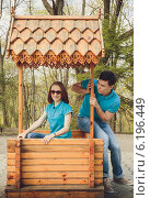 Девушка и парень в одинаковых футболках в весеннем парке. Стоковое фото, фотограф Юлия Ротанина / Фотобанк Лори