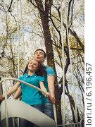 Девушка и парень в одинаковых футболках в парке весной. Стоковое фото, фотограф Юлия Ротанина / Фотобанк Лори