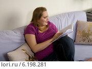 Plump girl reading book. Стоковое фото, агентство BE&W Photo / Фотобанк Лори