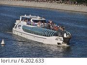 Купить «Плавучая яхта-ресторан Radisson Royal - Бон Вояж идет по Москве-реке», эксклюзивное фото № 6202633, снято 20 июля 2014 г. (c) lana1501 / Фотобанк Лори