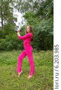 Спортивная молодая женщина с гантелями на природе. Редакционное фото, фотограф Natalia Bogdanova / Фотобанк Лори