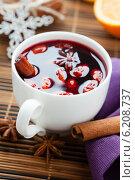 Купить «Зимний горячий напиток из вина с пряностями, глинтвейн», фото № 6208737, снято 9 февраля 2013 г. (c) Афанасьева Ольга / Фотобанк Лори