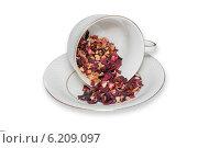 Купить «Чайная чашка с листьями фруктового чая на белом фоне», фото № 6209097, снято 24 июля 2014 г. (c) Александр Самолетов / Фотобанк Лори