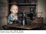 Купить «Маленький мальчик сидит за швейной машинкой», фото № 6213233, снято 2 марта 2014 г. (c) Анна Лурье / Фотобанк Лори