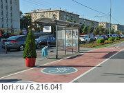 Купить «Велосипедная дорожка, автобусная остановка на Фрунзенской набережной, Москва», эксклюзивное фото № 6216041, снято 27 июля 2014 г. (c) lana1501 / Фотобанк Лори