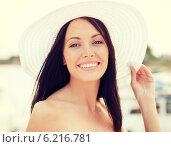 Купить «girl in hat standing on the beach», фото № 6216781, снято 4 июля 2013 г. (c) Syda Productions / Фотобанк Лори