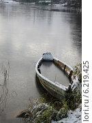 Одинокая лодка в зимний период в Тракай, Литва. Стоковое фото, фотограф Надежда Степанова / Фотобанк Лори