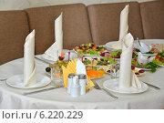 Купить «Сервированный стол для банкета», фото № 6220229, снято 13 февраля 2014 г. (c) Королевский Иван / Фотобанк Лори
