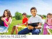 Купить «Группа детей рисует на природе», фото № 6222645, снято 8 июня 2014 г. (c) Сергей Новиков / Фотобанк Лори