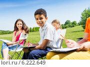 Купить «Группа детей рисует на природе», фото № 6222649, снято 8 июня 2014 г. (c) Сергей Новиков / Фотобанк Лори