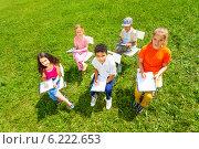 Купить «Группа детей рисует на природе», фото № 6222653, снято 8 июня 2014 г. (c) Сергей Новиков / Фотобанк Лори