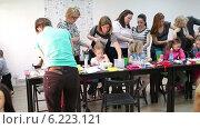 Женщины повторяют за инструктором на мастер-классе по плетению косичек (2014 год). Редакционное видео, видеограф Кекяляйнен Андрей / Фотобанк Лори