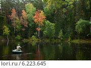 Купить «Рыбак в лодке на озере в осеннем лесу», фото № 6223645, снято 1 сентября 2012 г. (c) Владимир Мельников / Фотобанк Лори