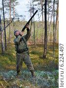 Купить «Охотник-промысловик в осеннем лесу», фото № 6224497, снято 2 сентября 2012 г. (c) Владимир Мельников / Фотобанк Лори