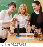 Купить «Девушки на уроке химии в классе», фото № 6227633, снято 26 мая 2019 г. (c) Дарья Петренко / Фотобанк Лори