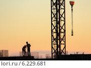 Строители. Силуэты на фоне закатного неба. Стоковое фото, фотограф Станислав Мороз / Фотобанк Лори