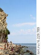 Купить «Дикий пляж под высоким берегом. Анапа», фото № 6229789, снято 20 июля 2014 г. (c) Емельянов Валерий / Фотобанк Лори