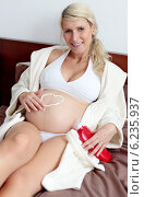 Купить «Pregnant woman spending free time.», фото № 6235937, снято 16 июня 2019 г. (c) BE&W Photo / Фотобанк Лори